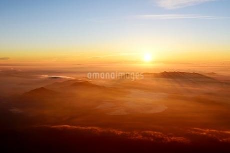 富士山山頂より望むご来光と雲海の写真素材 [FYI01803925]