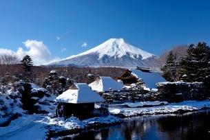 忍野村の雪景色と青空の富士山の写真素材 [FYI01803926]