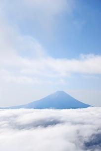 山梨県 雨上がりの雲海に浮かぶ富士山の写真素材 [FYI01803934]