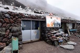富士山富士宮ルート九合五勺 胸突山荘の写真素材 [FYI01803940]