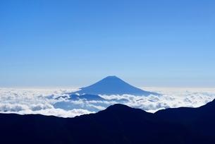 雲海に浮かぶ富士山 南アルプス 赤石岳よりの写真素材 [FYI01803944]