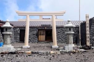 富士山本宮浅間大社奥宮 富士宮ルート山頂の写真素材 [FYI01803950]