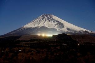 静岡県 スキー場が光る夜の富士山の写真素材 [FYI01803955]