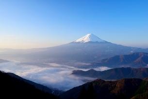 山梨県 夜明けの富士山と雲海 新道峠よりの写真素材 [FYI01803961]