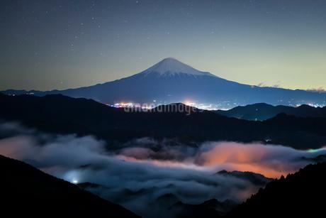 静岡県 真夜中の雲海と富士山の写真素材 [FYI01804003]