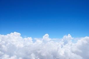 湧き立つ入道雲と青空の写真素材 [FYI01804009]