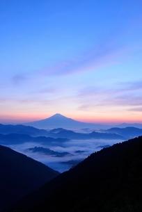 雲海と山並みの向こうに見える富士山の写真素材 [FYI01804061]