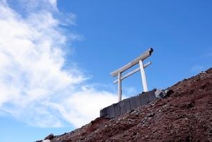 静岡県 富士山登山道の鳥居の写真素材 [FYI01804077]