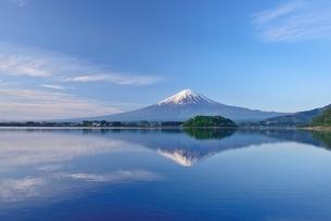 山梨県 河口湖に映る初夏の富士山の写真素材 [FYI01804080]