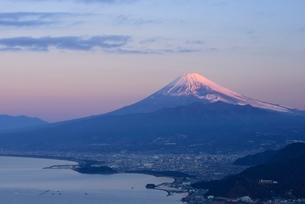 静岡県 夜明けの富士山と沼津の街 発端丈山よりの写真素材 [FYI01804083]