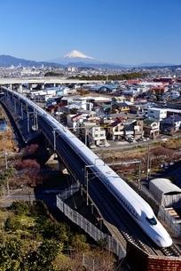 静岡県静岡市駿河区より望む東海道新幹線と富士山の写真素材 [FYI01804097]