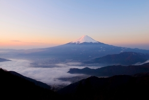 山梨県 夜明けの富士山と雲海 新道峠よりの写真素材 [FYI01804119]