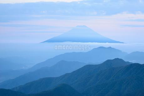 山梨県 雁ヶ腹摺山より望む山並みと富士山の写真素材 [FYI01804229]