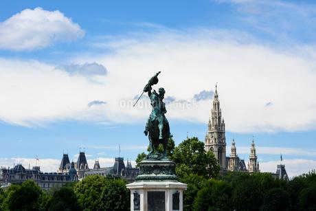 ウィーン カール大公騎馬像と市庁舎の写真素材 [FYI01804237]