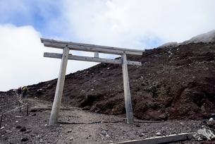 富士山富士宮ルート九合目の鳥居の写真素材 [FYI01804265]