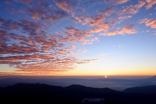 山梨県 南アルプス北岳より朝焼けとご来光の写真素材 [FYI01804298]