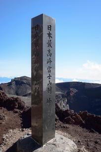 富士山山頂剣ヶ峰の石碑の写真素材 [FYI01804335]