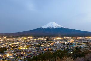 山梨県 富士山と富士吉田市の夜景 新倉山浅間公園よりの写真素材 [FYI01804391]
