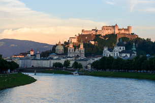 ホーエンザルツブルク城 夕景の写真素材 [FYI01804395]
