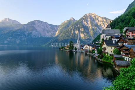 ハルシュタット湖 朝景の写真素材 [FYI01804399]
