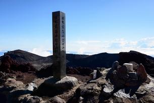 富士山山頂剣ヶ峰の石碑の写真素材 [FYI01804419]