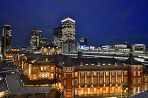 東京駅と丸の内八重洲ビル街の写真素材 [FYI01804500]