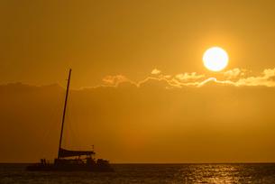 ハワイ マウイ島 カアナパリビーチ 夕陽とヨットの写真素材 [FYI01804564]