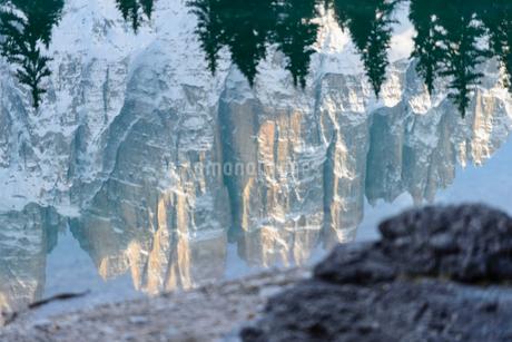 カレッツア湖 リフレクションの写真素材 [FYI01804592]