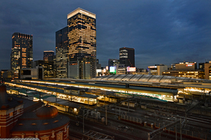 東京駅と八重洲ビル街の写真素材 [FYI01804603]