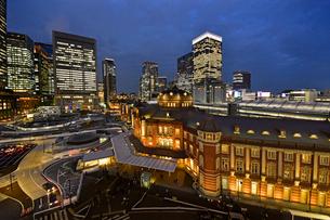 東京駅と丸の内ビル街の写真素材 [FYI01804685]