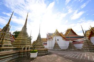 ワットポーの庭 小さい仏塔の写真素材 [FYI01804748]