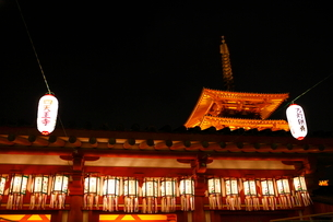 お盆の四天王寺(夜景)の写真素材 [FYI01804924]