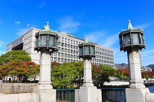 淀屋橋の親柱と大阪市役所本庁舎の写真素材 [FYI01804962]