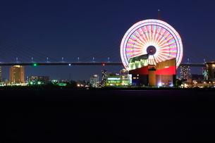 天保山ハーバービレッジと大観覧車(夜景)の写真素材 [FYI01804974]