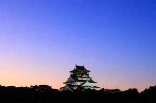 夕暮れの大阪城天守閣(ライトアップ)の写真素材 [FYI01805082]