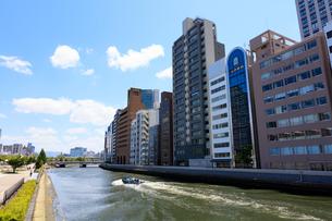 土佐堀川と北浜のビル群の写真素材 [FYI01805112]