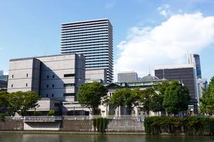 淀屋橋周辺 土佐堀川と日本銀行大阪支店の写真素材 [FYI01805125]