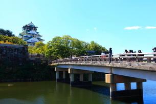 大阪城天守閣と極楽橋の写真素材 [FYI01805158]