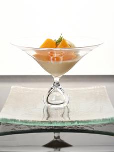 洋食 マンゴーのムースのプリンの写真素材 [FYI01805213]