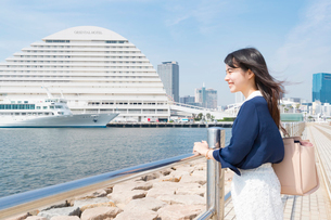 メリケンパークで海を眺める若い女性の写真素材 [FYI01805311]