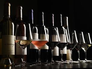 洋食 各種ワイン イメージの写真素材 [FYI01805366]
