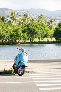 アラ・ワイ運河沿いの木々とバイクの写真素材 [FYI01805372]