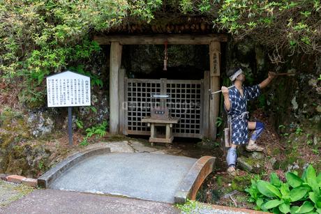 生野銀山の山神宮分社と見石の写真素材 [FYI01805386]