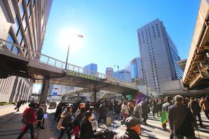 大阪梅田の高層ビル群と交差点を行き交う人の写真素材 [FYI01805410]