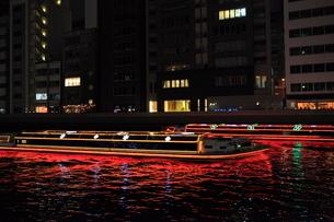 水上バスのイルミネーション(アクアライナーなにわ)の写真素材 [FYI01805418]