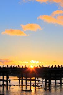 嵐山の渡月橋から昇る朝日の写真素材 [FYI01805434]