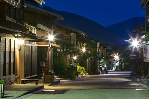 夜の奈良井宿の写真素材 [FYI01805442]