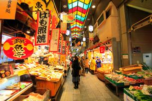 錦市場と観光客の写真素材 [FYI01805504]