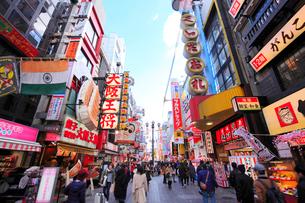 大阪道頓堀の飲食店街と行き交う人の写真素材 [FYI01805519]