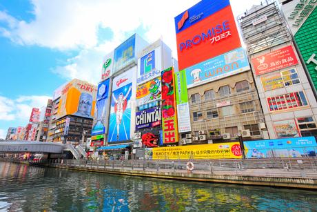 大阪道頓堀の商業ビルと道頓堀川の写真素材 [FYI01805530]